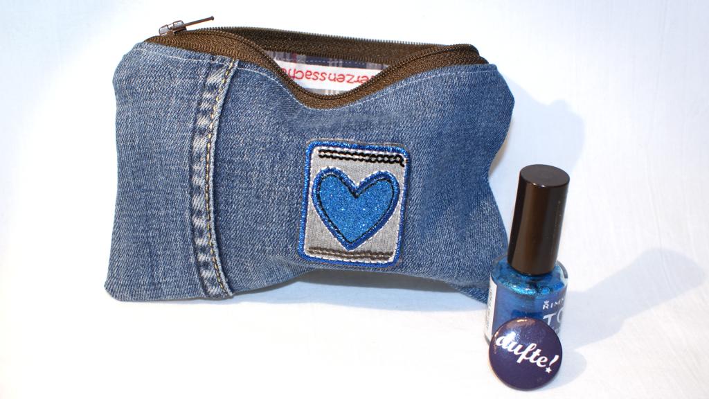 Jeans-Täschchen mit blauem Herz.