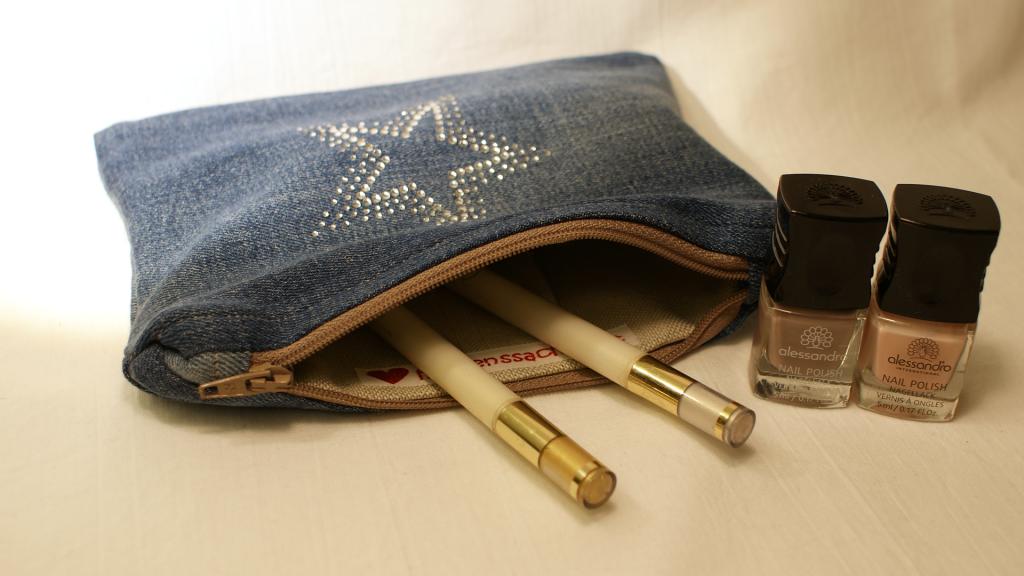Praktisches Täschchen aus Jeans mit destroyed Effekten, mit Strassstern auf der Vorderseite und beigem Innenfutter.