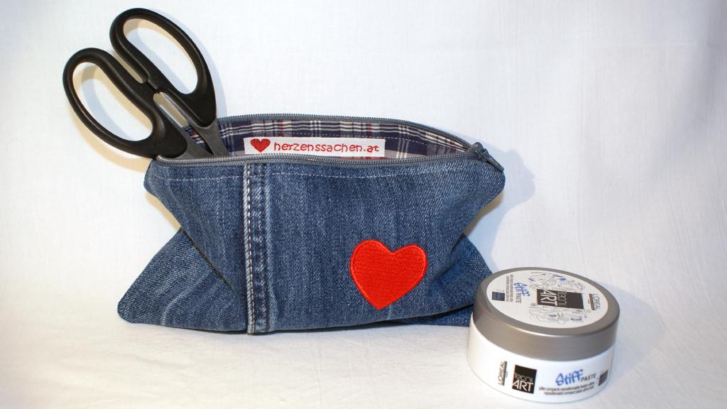 Hach, ich liebe sie - die kleinen Jeanstäschchen - und Herzen ja sowieso. Die Kombination ist für mich total schön.