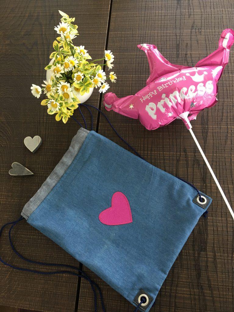 Rucksack aus Jeansstoff mit rosa Herz mit Happy Birtday Prinzess Ballon und Blumen.